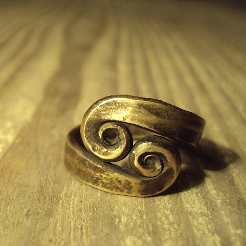 V sobě zavinutí- prsten mosazný