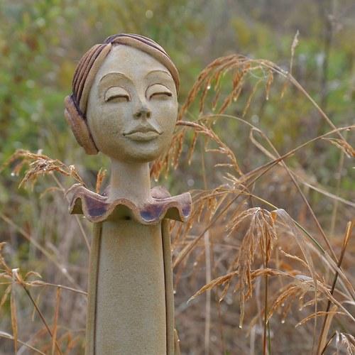 Navždy dívkou ... (socha 95cm vysoká)