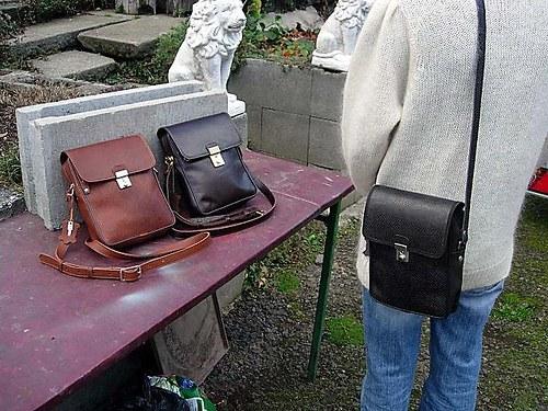 kožená kabelka couračka s klopnou a zámečkem A5