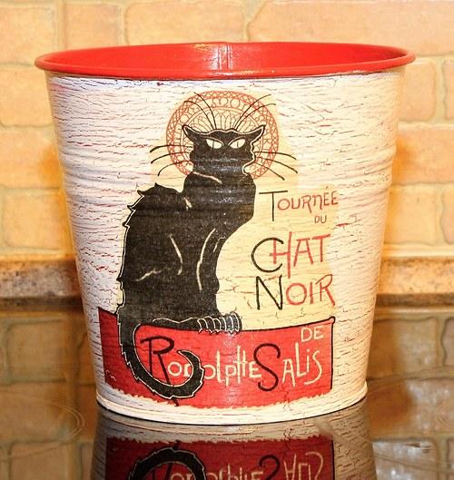 Kočka černá na červené