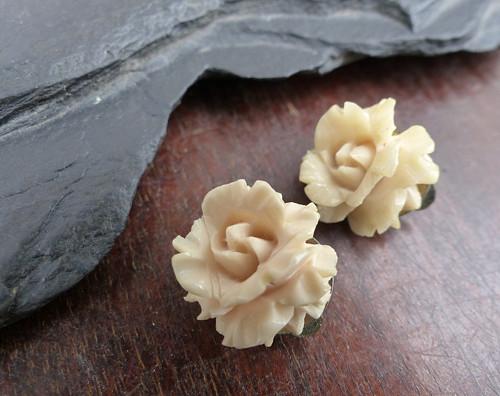 Náušnice z kostěných růžiček. klipsy