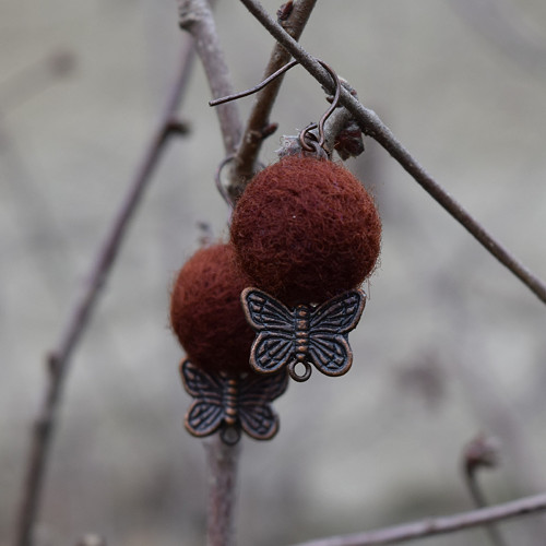 ... s motýlky