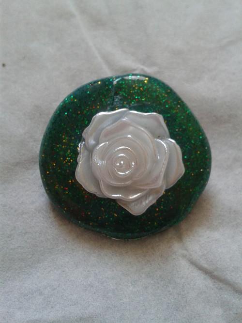 Brož zelená s bílou růžičkou