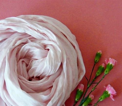 Světle růžová kruhová šála