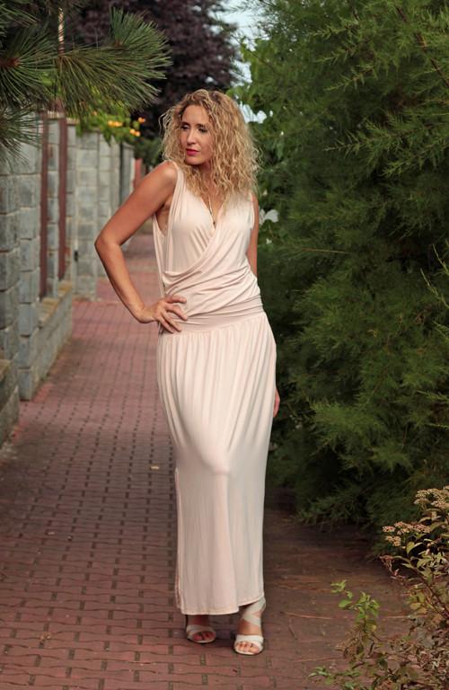 Pudrové krížené šaty dlouhé