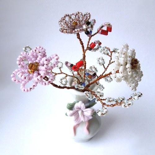 Korálková kytička s růžovým kvítkem
