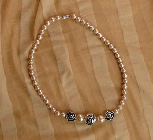 náhrdelník  s růží a kuličkou