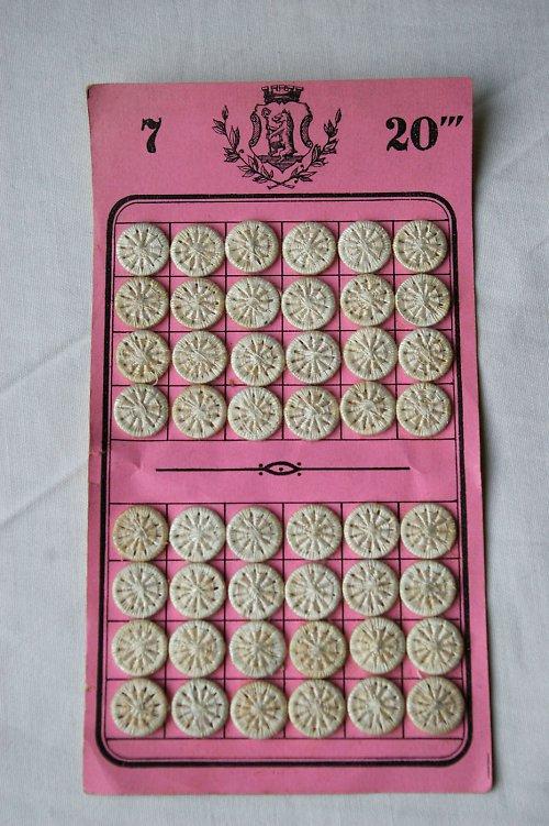 Nitěné knoflíky na růžovém platíčku
