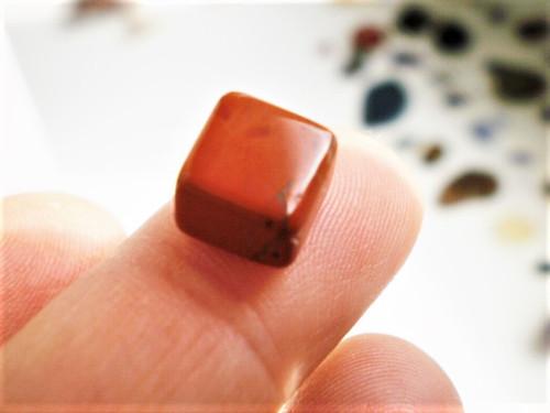 Červený jaspis   hranolek 9  x 9 x 6,5  mm