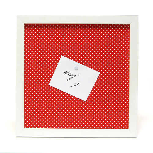 Tabulka na připínáčky červená s bílými puntíčky