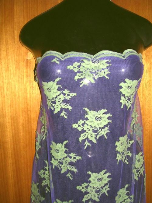 Fialkový tyl se zelenkavými květy