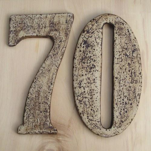 Číslo popisné s hrubým neglazovaným povrchem