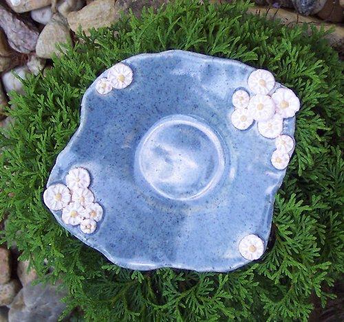 Pítko (nebo talíř) s květinami