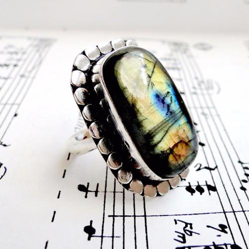Výrazný vintage prsteň s labradoritom postriebrený