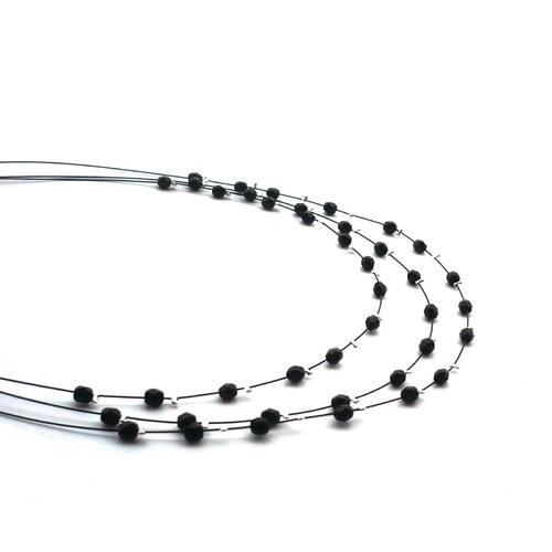 Černý jemný perličkový třířadý náhrdelník