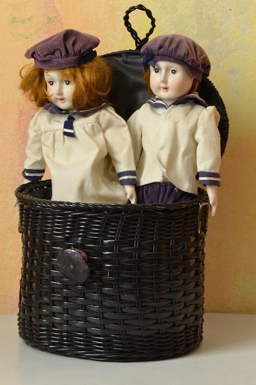 Dvě starožitné panenky v námořnickém