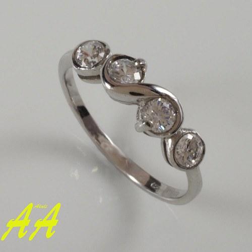 Zářivý prstýnek z bílého zlata