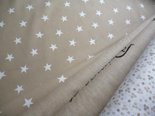 Bílé hvězdy béžová látka - š.150cm