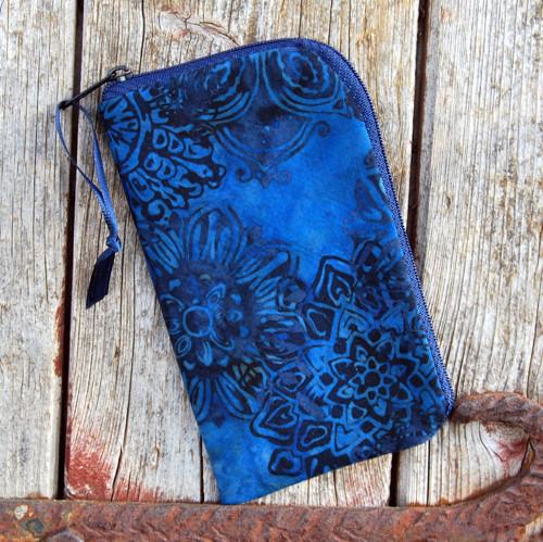 obal na mobil se zipem tmavě modré mandaly