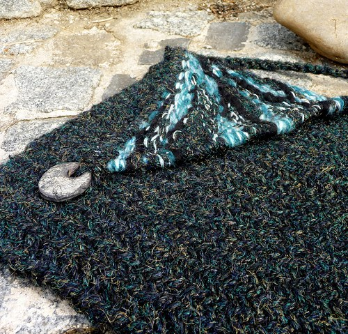 Sprangová kabelka s tkanou klopou