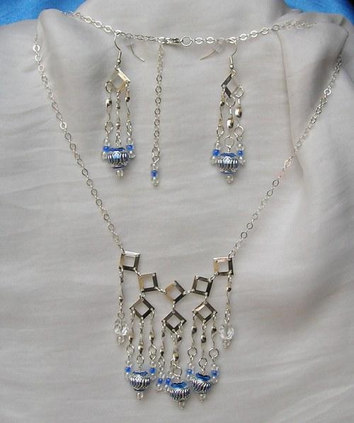 Kovový stříbrný závěs s modrou (74)