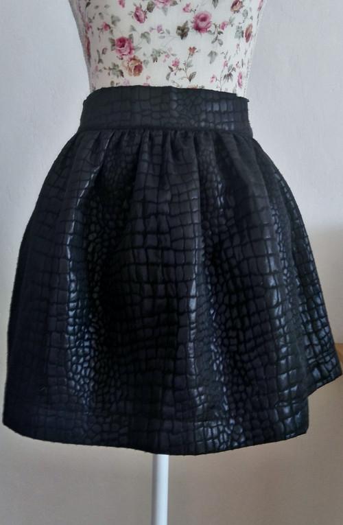 Elegantní -černá sukně.