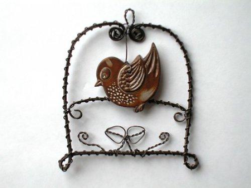 keramický ptáček připevněný na drátku