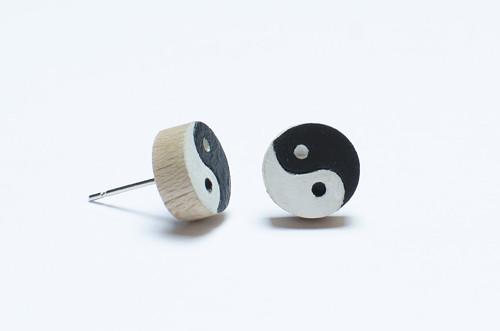 Dřevěné peckové náušnice - JIN JANG