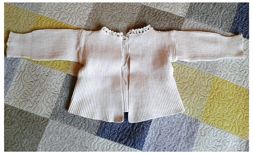 Dětský kabátek starodávný, ručně obháčkovaný