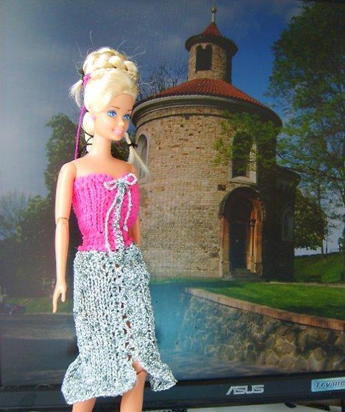 Korzetové šaty se svetříkem na Barbie