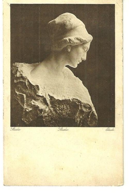 Umělecká pohlednice socha žena