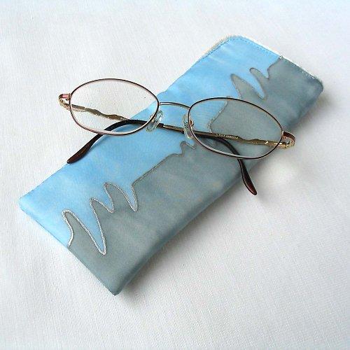 Šedo-modré hedvábné pouzdro na brýle