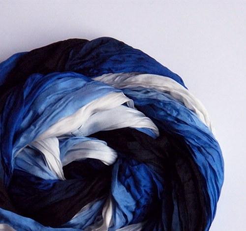 Královny nosí modrou...hedvábná šála kruhová