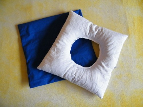 Polštář s dírou modrý 35x35 cm