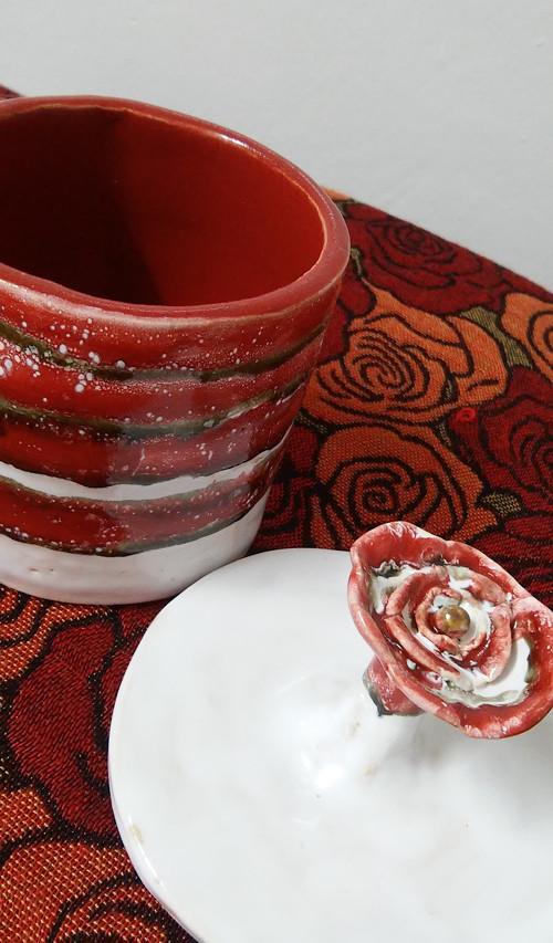 Dóza červený květ.