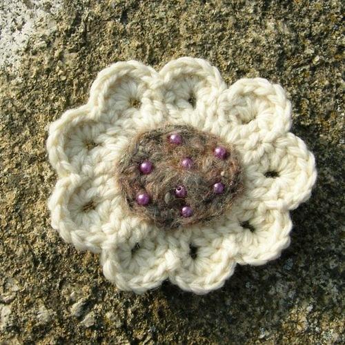 Háčkovaná brož - květina
