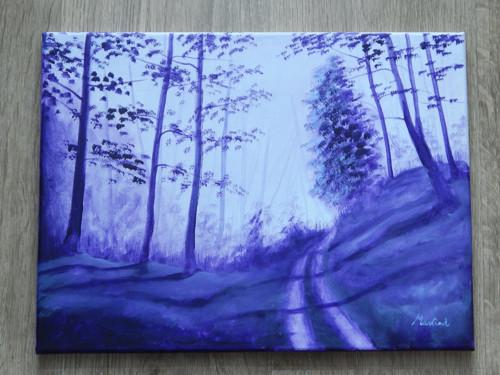 Lesní cesta v ranní mlze