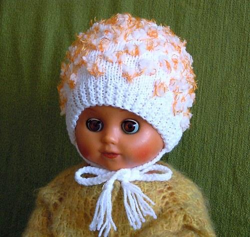 Bílá pletená čepička s oranžovými puntíky