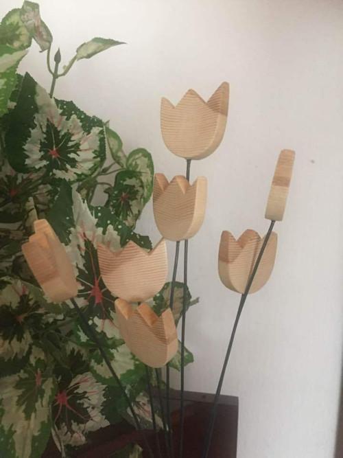Kytice dřevěných tulipánů