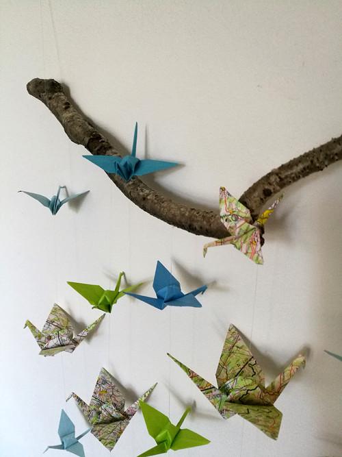 Origami dekorace jeřábi z map, modří a zelení