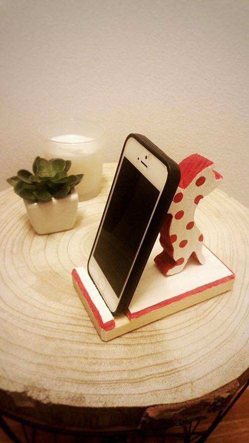 Dřevěný stojánek na telefon