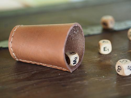 Kožený kalíšek na hrací kostky