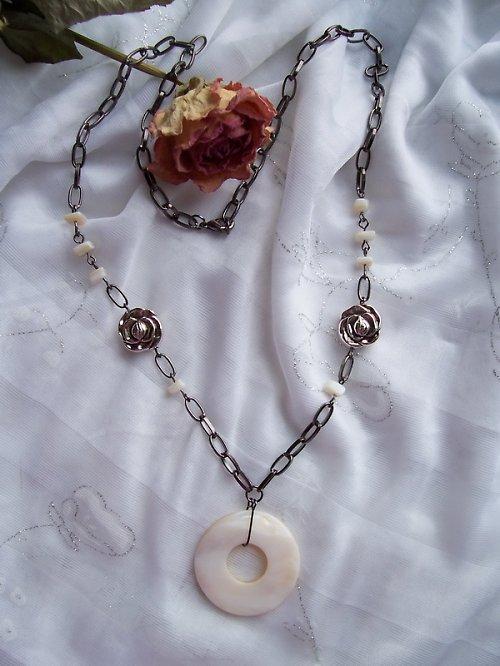 Růže s perletí v řetězů zajetí