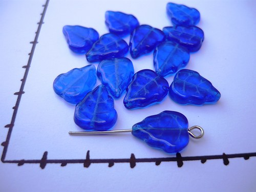 Korálky modré lístečky 12 mm, 20ks