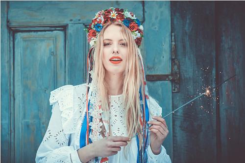 Menší folklorní parta se stuhami a krajkami