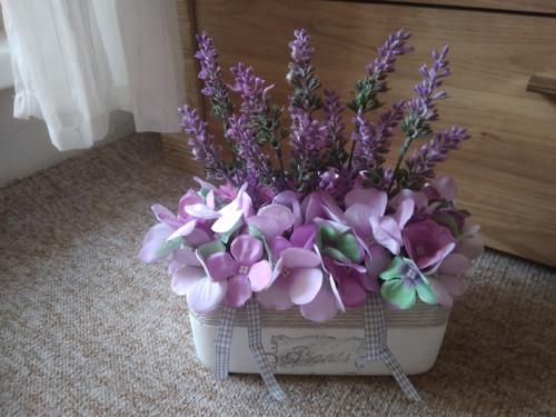 Betonový oválný květináč s fial.květy