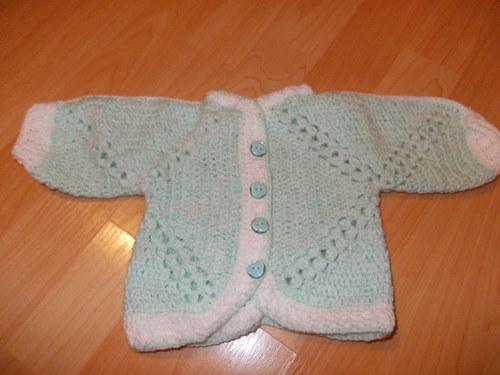 Háčkovaný svetřík na miminko