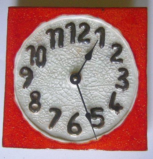 Keramické hodiny s roztaveným sklem