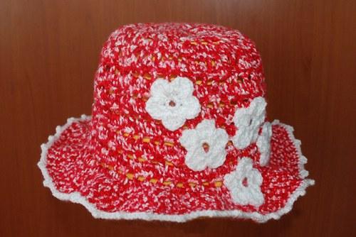 Letní klobouček s aplikací květin