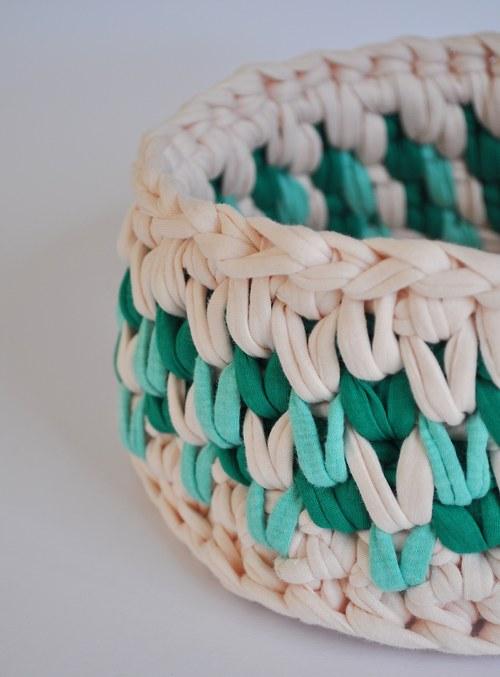 Háčkovaný bavlněný košík smetanovo-zelený ⌀ 20 cm